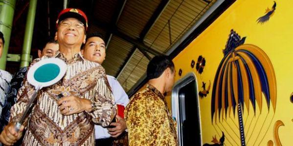 Menbudpar Jero Wacik melepas kereta batik yang diluncurkan PT Kereta Api Indonesia di Stasiun Gambir, Jakarta (20/05/11)