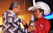 Johanes Ndolu terima penghargaan di indonesiaproud wordpress com