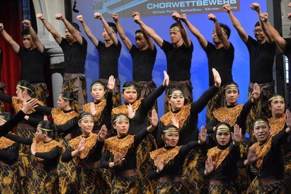 PSM UNPAR membawakan lagu Ahtoi Porosh dengan kororeografi tradisional Indonesia