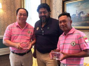 Jayadi dan Edwin Abeng (kanan) dg piala Golden Bear Crystal Cube yang diserahkan oleh Trideep Das selaku penyelenggara turnamen.