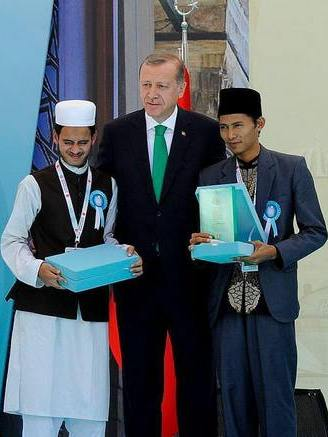 Zainal Abidin (kanan) saat menerima tropi juara dari Presiden Turki Reecep Tayyip Erdogan, 17 Juni 2016